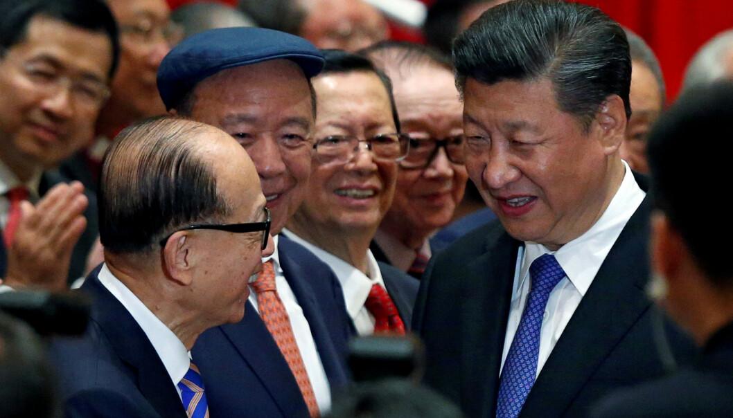 <strong>SURNET:</strong> Li Ka-shing og Kinas president Xi Jinping kunne begge smile da sistnevnte besøkte Hongkong i 2017. To år seinere sitter ikke smilene like løst. Foto: Bobby Yip / Reuters / NTB Scanpix