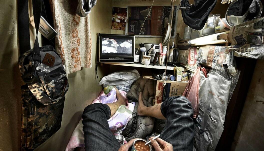 <strong>SÅNN BOR MANGE:</strong> Slik ser det ut inne i et såkalt «coffin home» i Hongkong. Foto: Benny Lam/ SoCO / NTB Scanpix