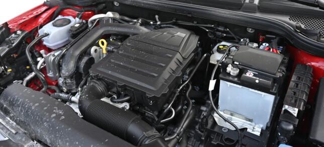 BITTELITEN: Den tresylindrede turbomatede 1-literen sparker greit nok fra seg. 0-100 på 10 sekunder er ikke hårreisende, men kler bilen godt. Foto: Rune M. Nesheim
