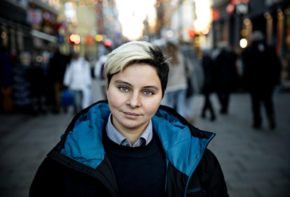 KAN IKKE TIE: Wesam Almadani (36) bor i Norge som fribyforfatter og skriver en bok om en gruppe mennesker vi hører sjelden om: Lesbiske kvinner i Midtøsten. - Jeg har samlet grusomme historier fra virkeligheten, som jeg vil formidle til Norge og verden, sier hun. Foto: Nina Hansen / DAGBLADET