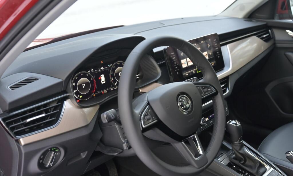 SKREMMER INGEN: Skoda kjører samme filosofi som VW. Man lager et omfattende og lekkert interiør som er enkelt i bruk. Det er hverken sexy eller avskremmende for at alle skal kunne leve med det. Foto: Rune M. Nesheim