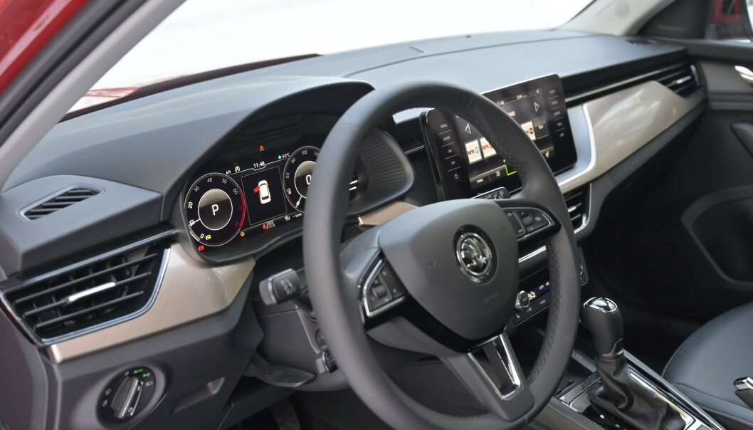 <strong>SKREMMER INGEN:</strong> Skoda kjører samme filosofi som VW. Man lager et omfattende og lekkert interiør som er enkelt i bruk. Det er hverken sexy eller avskremmende for at alle skal kunne leve med det. Foto: Rune M. Nesheim