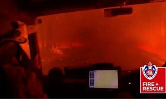 <strong>FANGET:</strong> Fire brannbiler og 16 brannfolk opplevde sjøl hvor fort flammene beveger seg. Her er brannfolkas eget bilde fra infernoet. Foto: Brannvesenet i New South Wales