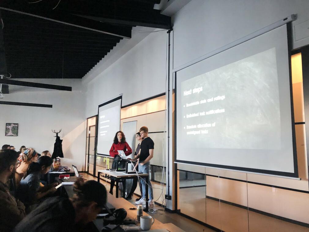 """""""Presentasjon av siste prosjekt"""" forteller Are Sandvik om bildet, fra Ironhacks kode-bootcamp i Berlin. 📸: Privat"""