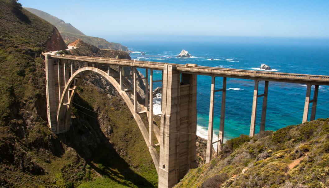 <strong>ROAD TRIP-FAVORITT:</strong> Big Sur i California er et sted mange drar for en kjøretur, noe som har gjort området preget av slitasje. Bildet viser Bixby Bridge. Foto: Shutterstock/NTB Scanpix.