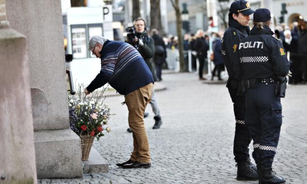 <strong>DEKORERTE:</strong> Finn Schøll sto for dagens blomsterdekorasjoner. Foto: Christian Roth Christensen/ Dagbladet