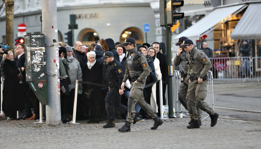 <strong>HØY SIKKERHET:</strong> Det var iverksatt flere sikkerhetstiltak rundt bisettelsen. Foto: Christian Roth Christensen/ Dagbladet