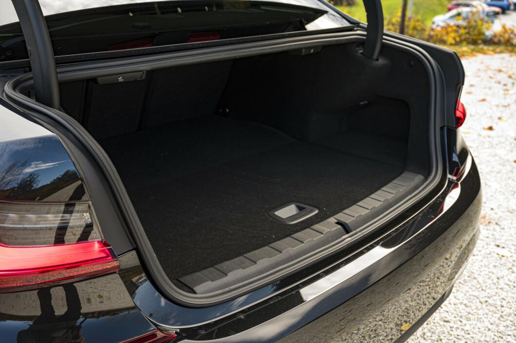<strong>IKKE STØRST:</strong> Bagasjerommet i sedanen er mindre enn enkelte biler i B-segmentet, men vil romme nok for mange. Foto: Jamieson Pothecary