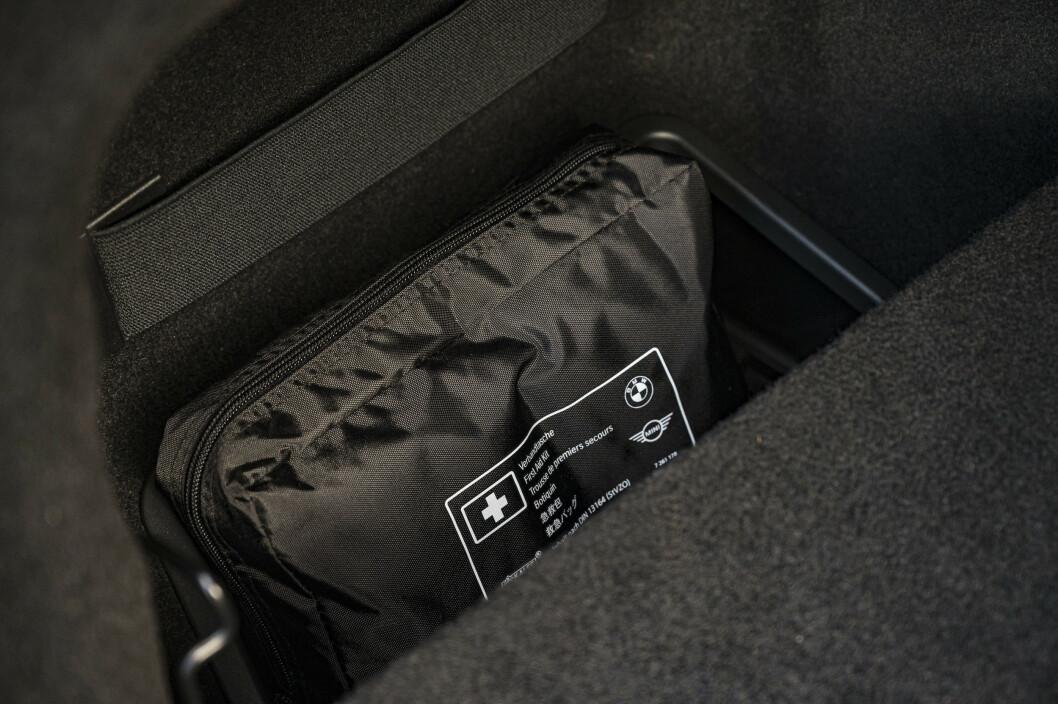 <strong>ROM:</strong> Det er ekstra hull på hver side av det flate bagasjerommet. Foto: Jamieson Pothecary