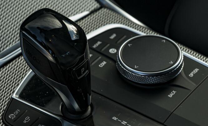 <strong>iDrive:</strong> BMW tviholder på systemet de lanserte i BMW 5-serie i 2005 og det er vi glade for. Dette er den beste måten å betjene multimediaskjermen på. Kortkomandoene er rundt vrihjulet og styreflaten på toppen lar deg enkelt skrive bokstaver. Foto. Jamieson Pothecary.