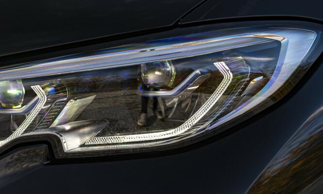 <strong>KJØP:</strong> Skal man kjøpe ny bil, velger man pakka med de beste lysene. Premiumbilene i dag har veldig bra lyssystemer og gjør kjøring i mørket langt sikrere og mer avslappende. Foto: Jamieson Pothecary