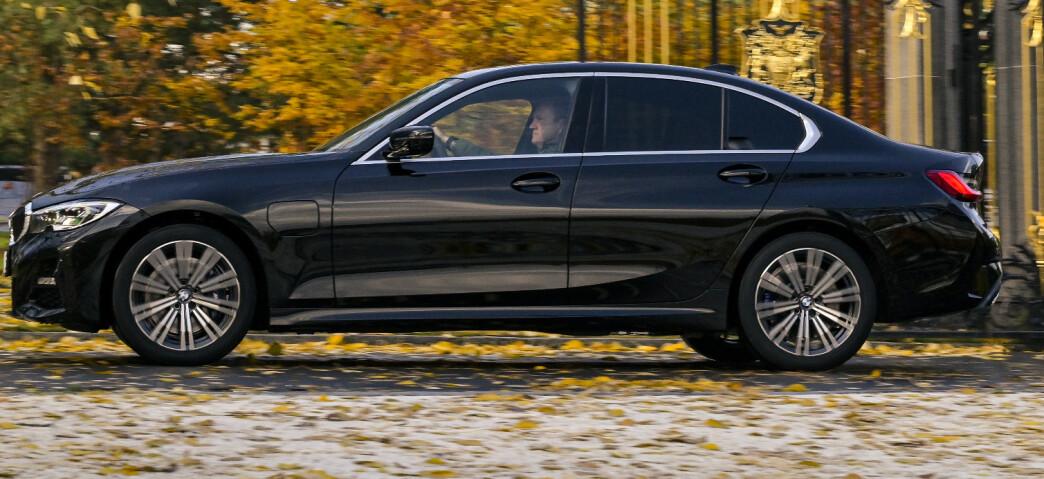 <strong>GAVEPAKKE:</strong> 3-serien er BMWs beste kombinasjon av plass og sportslighet. Mens 1-serien har mistet det litt og 5-serien er blitt stor og veldig komfort-orientert, er 3-serien blitt stor nok for familien, samtidig som den føles kompakt og sporty bak rattet. 330e mangler noe, men er en fristende prisvinner. Foto: Jamieson Pothecary