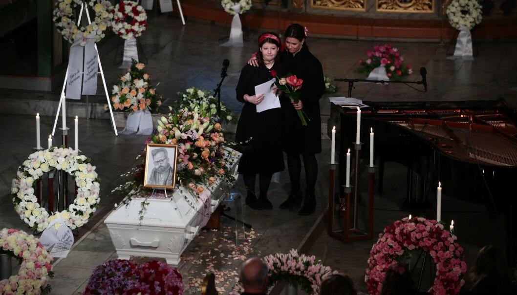 STØTTET HVERANDRE: Eldstedatteren til Ari Behn og prinsesse Märtha Louise rørte hele kirken med sin tale til ære for sin avdøde far. Foto: NTB Scanpix