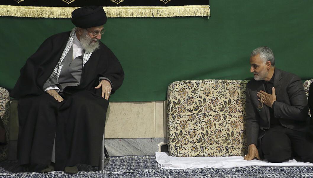 Quds-styrkens ordrer forblir nøyaktig de samme som under Qasem Soleimanis ledelse, understreker Ali Khamenei – her sammen med den nå drepte generalen i en moské i Teheran i 2015. Foto: Irans øverste leders kontor / AP / NTB scanpix