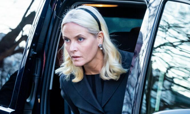 <strong>PREGET:</strong> Det var en tydelig preget kronprinsesse Mette-Marit som ankom sammen med kronprins Haakon og deres barn. Foto: NTB scanpix