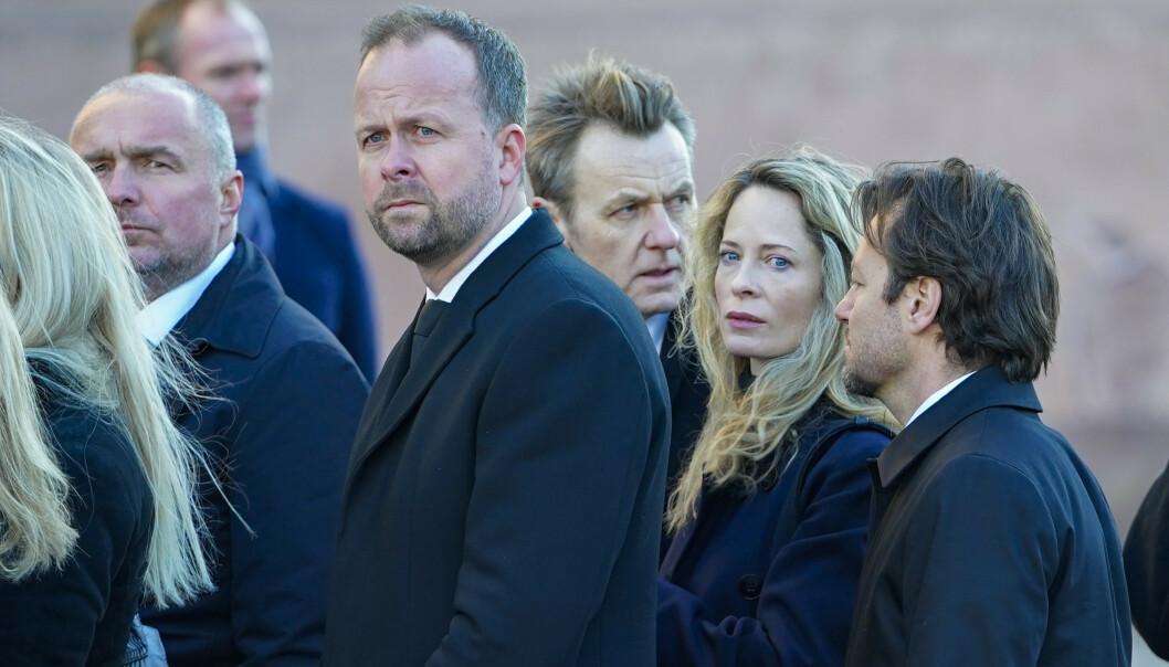 <strong>STORT OPPMØTE:</strong> Her er Thomas Myhre, Fredrik Skavlan og Maria Bonnevie utenfor Oslo domkirke fredag. Foto: NTB scanpix