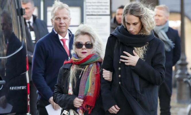 <strong>TOK FARVEL:</strong> Ari Behns kjæreste, Ebba Rysst Heilmann, ankom sammen med Aris tante, Ada Behn. Foto: NTB scanpix