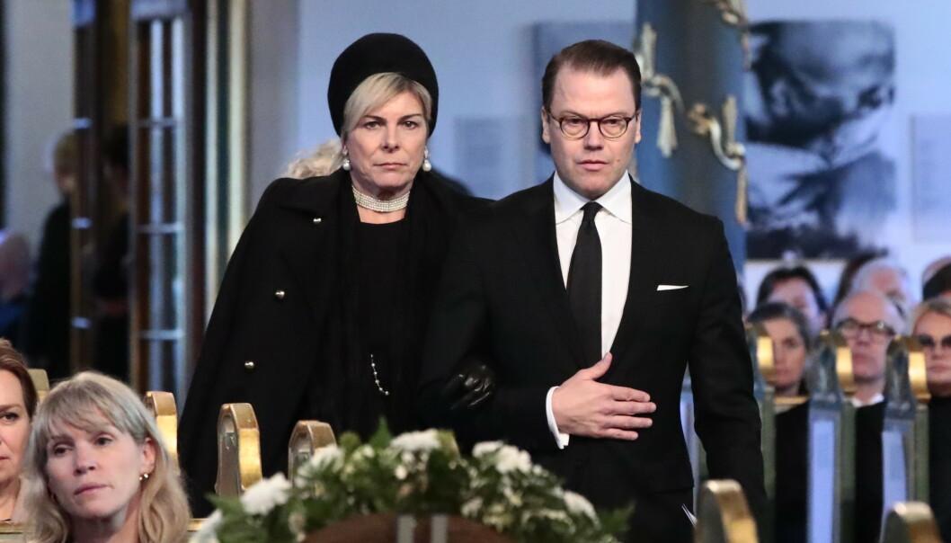 <strong>KONGELIG:</strong> Petra Laurentien Brinkhorst av Nederland og prins Daniel av Sverige var på plass under bisettelsen. De er begge nære venner av Ari Behn og prinsesse Märtha Louise. Foto: NTB scanpix
