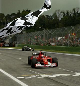 Michael Schumacher kjøre over mållinja i San Marino Grand Prix i 2002. I 2019 ble bilen solgt til inntekt for hans veldedige organisasjon. Foto: Reuters