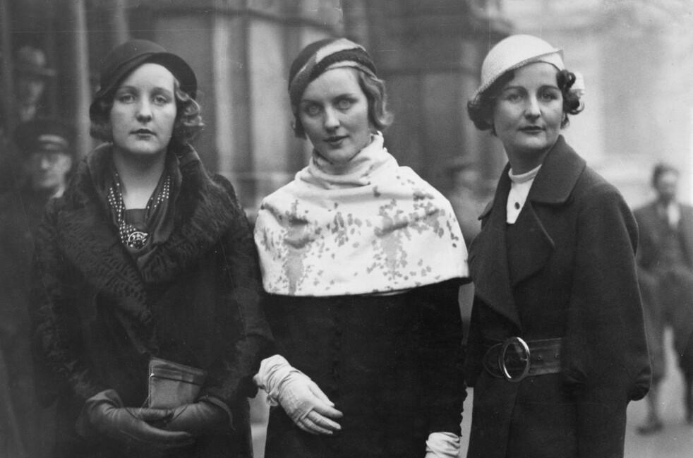 <strong>BERYKTEDE:</strong> Tre av seks søstre i Mitford-familien fotografert på gata i begynnelsen av 1930-årene. Fra venstre: Unity Mitford, kjent for sin tette relasjon til Adolf Hitler, Diana Mitford, kjent for sitt ekteskap med fascisten Sir Oswald Mosley og Nancy Mitford, som senere ble berømt forfatter. Foto: NTB Scanpix
