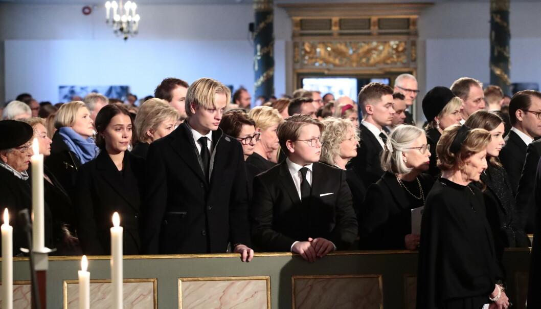 <strong>PREGET:</strong> Juliane Snekkestad, Marius Borg Høiby og prins Sverre Magnus under bisettelsen av Ari Behn i Oslo domkirke. Til høyre i bildet sees dronning Sonja og prinsesse Ingrid Alexandra, Foto: Lise Åserud / NTB scanpix