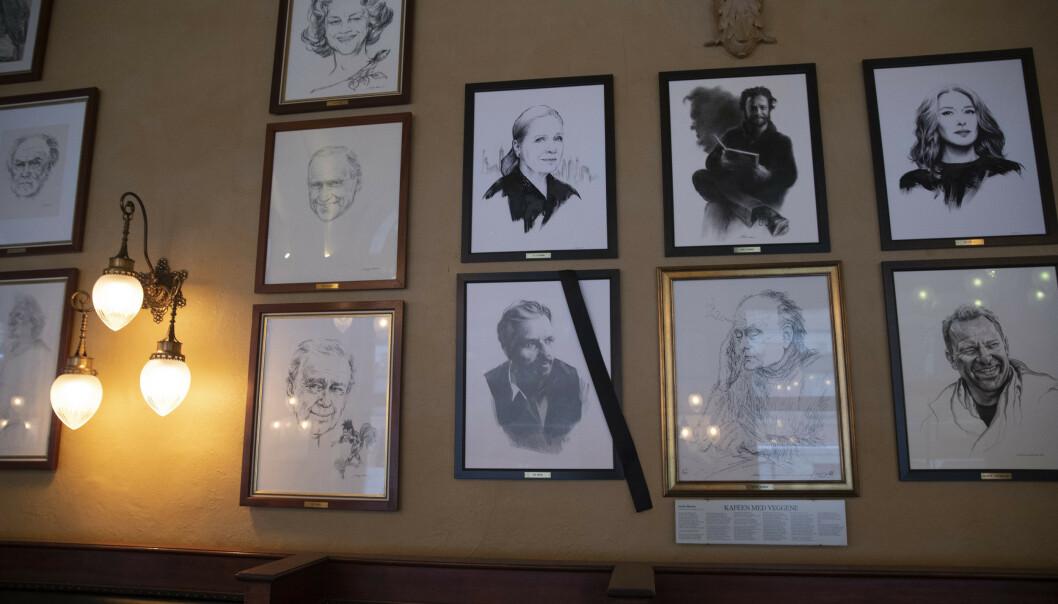 PORTRETT: I Siden 2016 har det hengt et portrett av Ari Behn på Theatercaféen. I disse dager er det hengt opp et sørgebånd over dette. Foto: NTB Scanpix