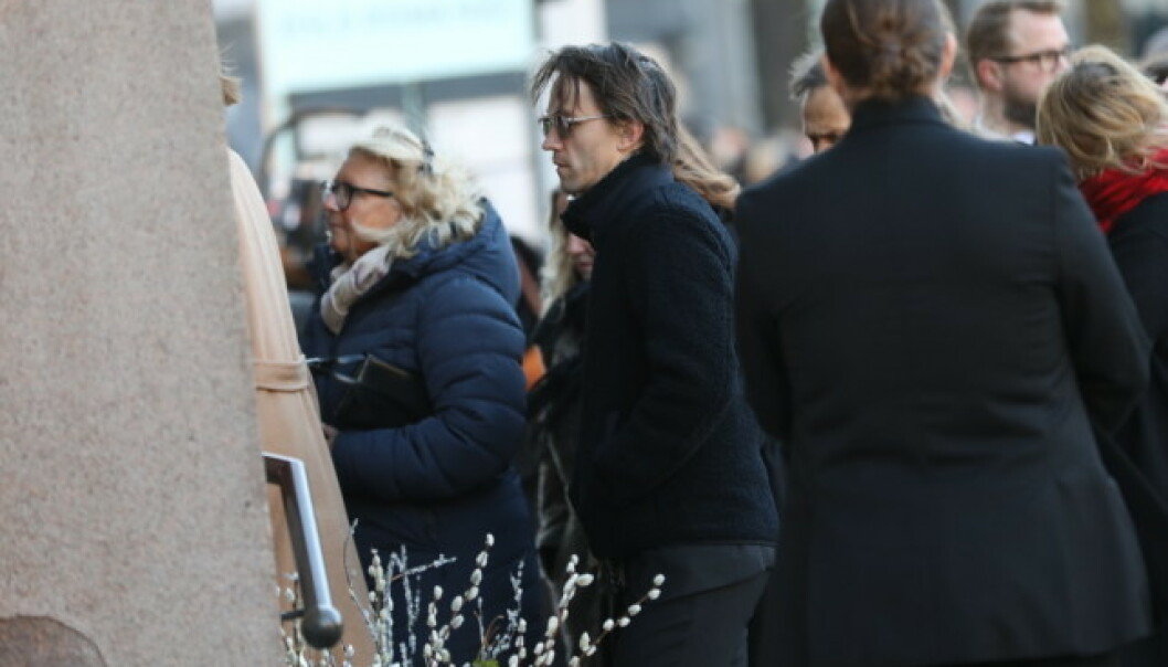 <strong>PÅ VEI INN:</strong> Sondre Lerche på vei inn i Oslo domkirke i anledning Ari Behns bisettelse. Foto: Christian Roth Christensen/ Dagbladet