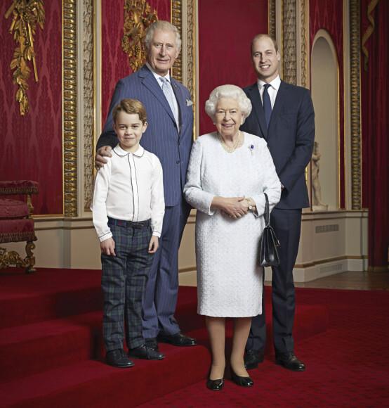 OFFISIELT BILDE: I forbindelse med inngangen det nye tiåret, har det britiske kongehuset offentliggjort et nytt bilde av dronning Elizabeth og hennes tronarvinger. Foto: NTB Scanpix