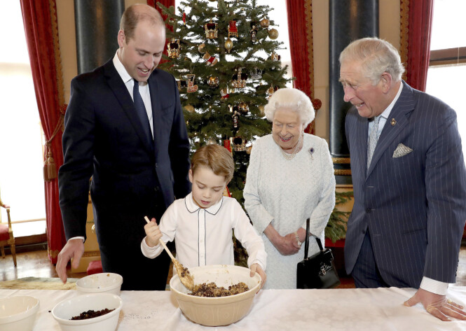 INSTRUERER: Lille prins George får hjelp av pappa, bestefar og oldemor til å lage den tradisjonelle puddingen. Foto: AP / NTB scanpix