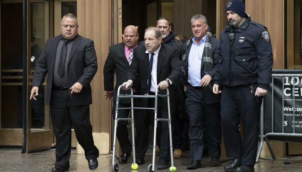 Harvey Weinstein, med rullator, fotografert idet han forlater et rettsmøte i New York 11. desember. Foto: Mark Lennihan / AP / NTB scanpix