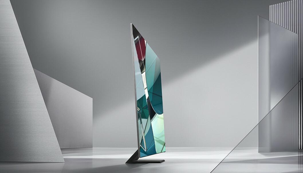 <strong>SLANK:</strong> TV-en er bare 1,5 cm tykk og har fått en fot som kan minne om den du finner på mange PC-skjermer. Foto: Samsung