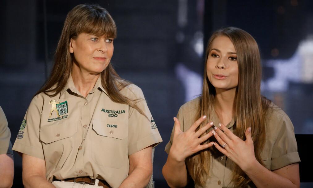 <strong>I SIN FARS FOTSPOR:</strong> Bindi Irwin har gått i sin avdøde far, miljøverneren og dyrevennen Steve Irwin, sine fotspor. Nå kjemper hun for de brannskadde dyrene på familiens dyresykehus i Australia. Foto: NTB Scanpix