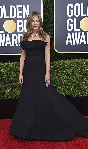 KLASSISK: Jennifer Aniston strålte i en svart kreasjon på den røde løperen. Foto: NTB Scanpix