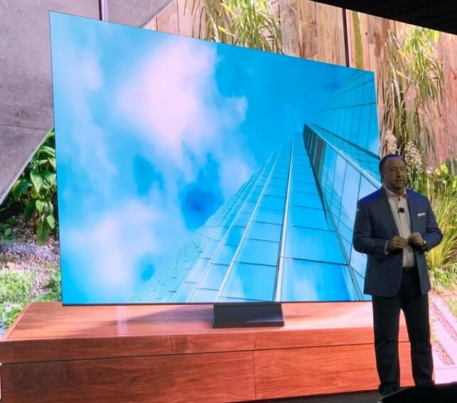 NESTEN RAMMELØS: Samsungs USA-sjef Joe Stinziano, presenterer selskapets nye QLED-TV, som nesten er rammeløs på tre av fire sider. Foto: Bjørn Eirik Loftås