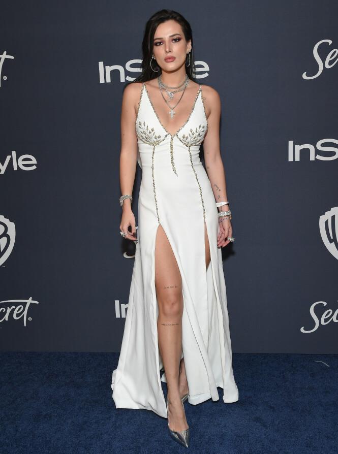 BELLA THORNE: Skuespilleren ankom i en elegant kjole med høye splitter på Warner Bros etterfest. Foto: NTB Scanpix