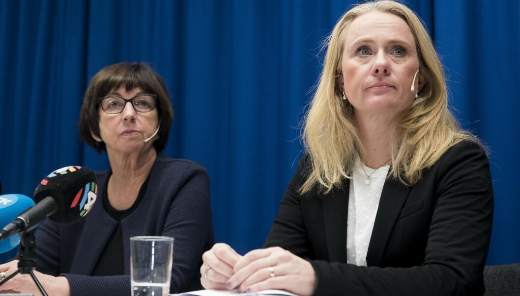 <strong>BORTE:</strong> Daværende arbeids- og sosialminister Anniken Hauglie (H) og daværende Nav-direktør Sigrun Vågeng på pressekonferansen 28. oktober i fjor da skandalen ble kjent. Nå er begge borte. Foto: Terje Pedersen / NTB Scanpix