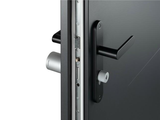 JUSTERBAR: Netatmolåsen skal være kompatibel med alle dører som har en europeisk sylinderlås så lenge den ikke er tykkere enn ti centimeter. Foto: Netatmo