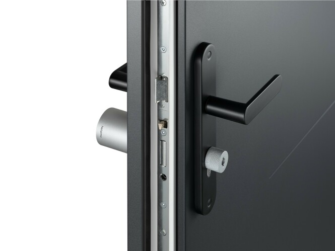 <strong>JUSTERBAR:</strong> Netatmolåsen skal være kompatibel med alle dører som har en europeisk sylinderlås så lenge den ikke er tykkere enn ti centimeter. Foto: Netatmo