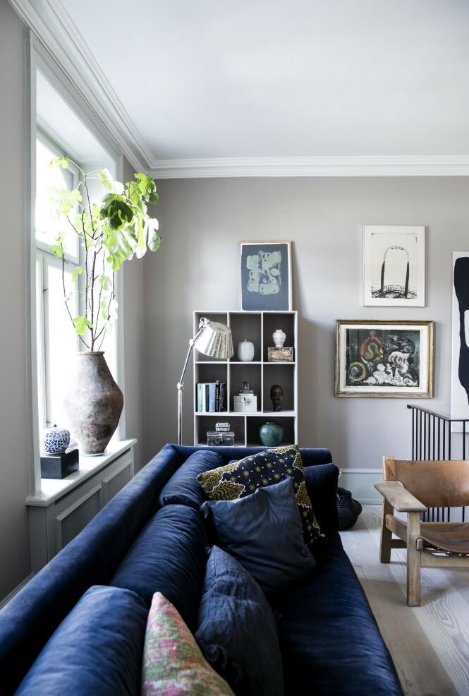 Med bokhyller eller en reol malt i samme farge som veggen trer møbelet i bakgrunnen, og du framhever i stedet de tingene som står i hyllen. FOTO: Tia Borgsmidt