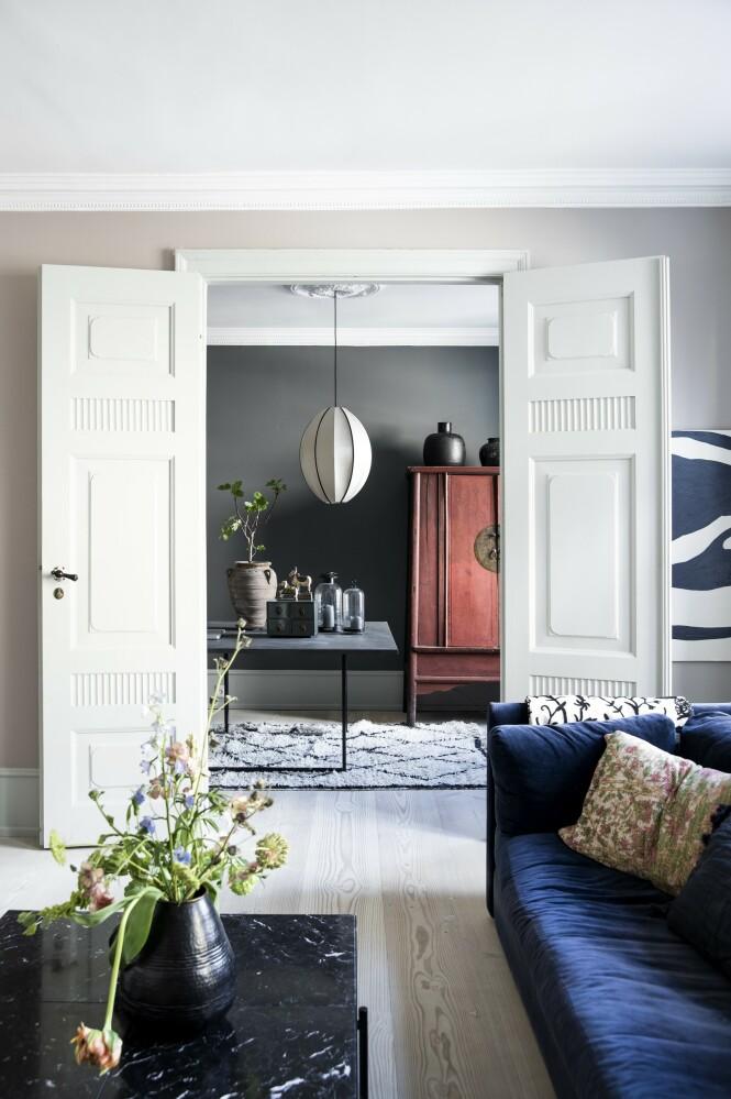 Fra stuen ser man rett inn i en annen stue som er innredet som kontor. FOTO: Tia Borgsmidt