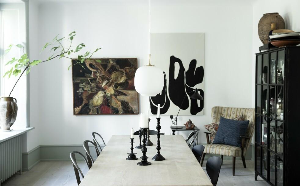 <strong>INTERIØR:</strong> Hvis du har et stort spisebord og vil framheve bordets lengde og ha lys i begge ender, kan du henge opp to eller tre lamper over bordet. FOTO: Tia Borgsmidt