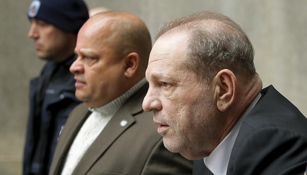 Harvey Weinstein var til stede under det korte rettsmøtet under rettssakens første dag mandag. Foto: AP / NTB scanpix