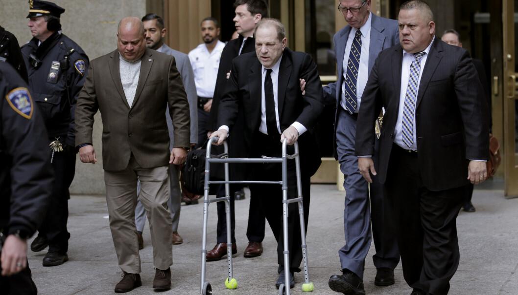 Harvey Weinstein på vei ut etter mandagens korte rettsmøte. Foto: AP / NTB scanpix