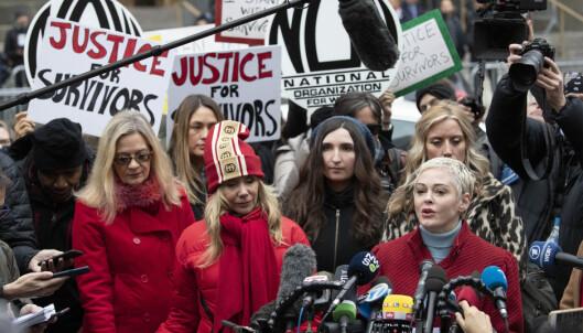 Skuespiller Rose McGowan (til høyre) var blant flere fremmøtte som samlet seg utenfor rettsbygningen på Manhattan mandag. Foto: AP / NTB scanpix