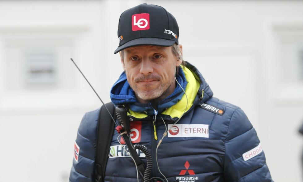 REAGERER: Trener Alexander Stöckl mener det er på tide at jentene slipper til i skiflygingsbakkene. Foto: Geir Olsen / NTB scanpix