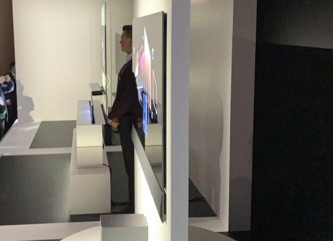 <strong>SOM KLISTRET TIL VEGGEN:</strong> TV-en bygger bare to centimeter fra veggen, men har likevel plass til alle tilkoblingene på baksiden. En spesiell oppheng- og kabelløsning følger med. Foto: Bjørn Eirik Loftås