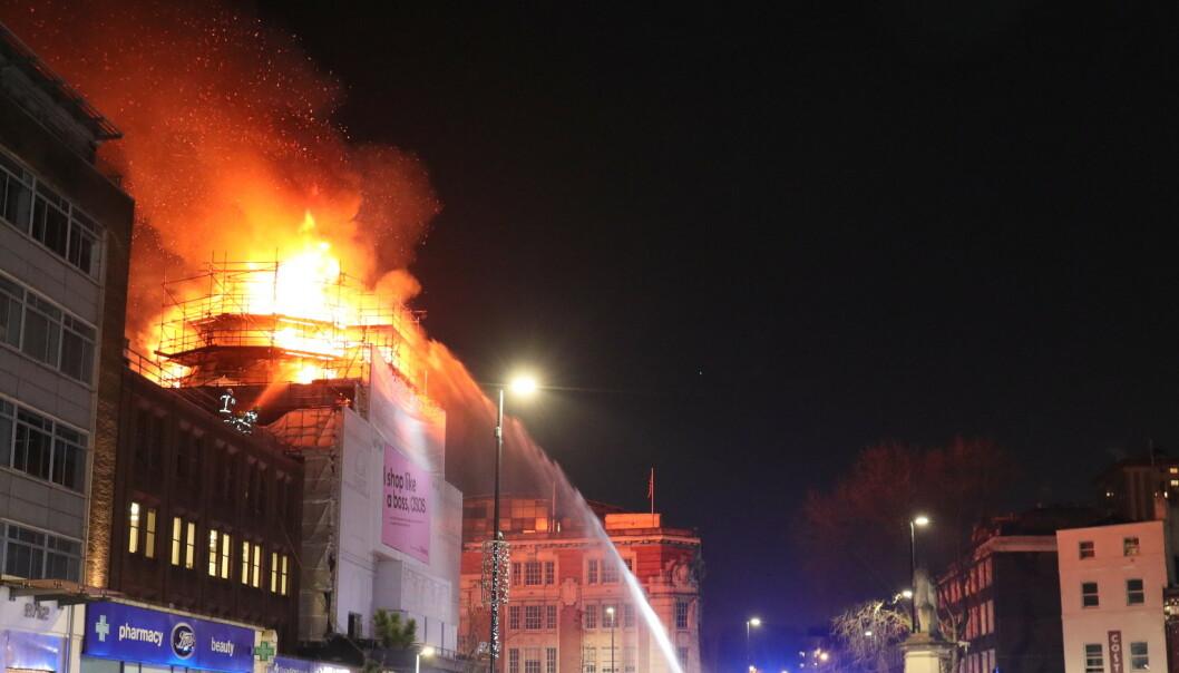 Ikonisk bygning i flammer