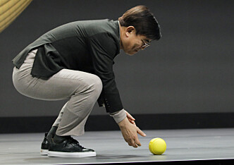 <strong>RULLET PÅ PLASS:</strong> Ballie rullet rett i hendene på Samsung-sjefen da han ga kommandoen for det. Foto: John Locher/AP/NTB Scanpix