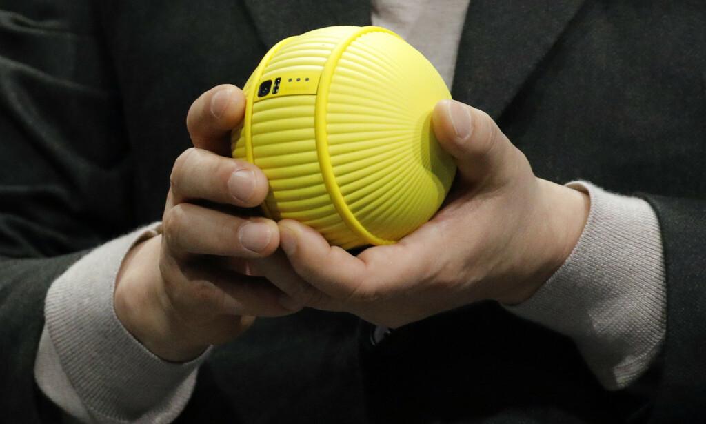 RULLENDE ROBOT: Ballie er utstyrt med kamera, mikrofon og høyttaler. Hvilke andre sensorer som befinner seg på innsiden, har Samsung foreløpig ikke sagt noe om. Foto: John Locher/AP/NTB Scanpix