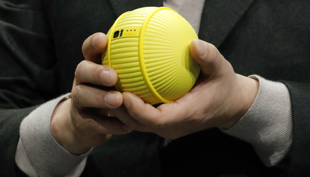 <strong>RULLENDE ROBOT:</strong> Ballie er utstyrt med kamera, mikrofon og høyttaler. Hvilke andre sensorer som befinner seg på innsiden, har Samsung foreløpig ikke sagt noe om. Foto: John Locher/AP/NTB Scanpix